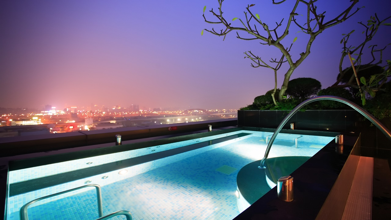 Outdoor City View Jacuzzi